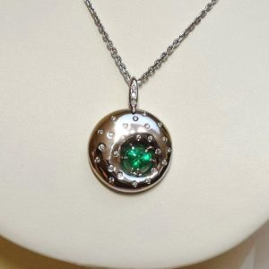 Necklace with emerald in the shape of heart and brilliants